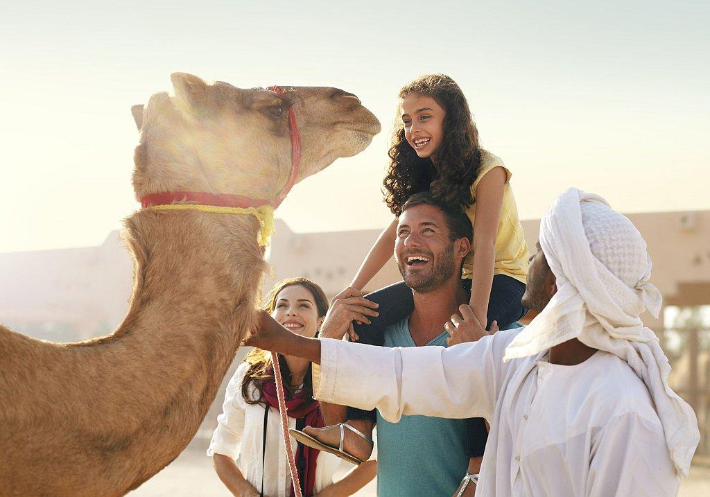 Al Ain Kamelmarkt mit Familie