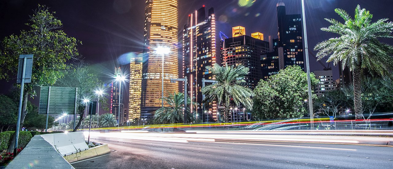 Abu Dhabi Straße Nacht